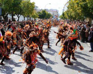 Pasacalles de carnaval, concurso de carrozas y disfraces